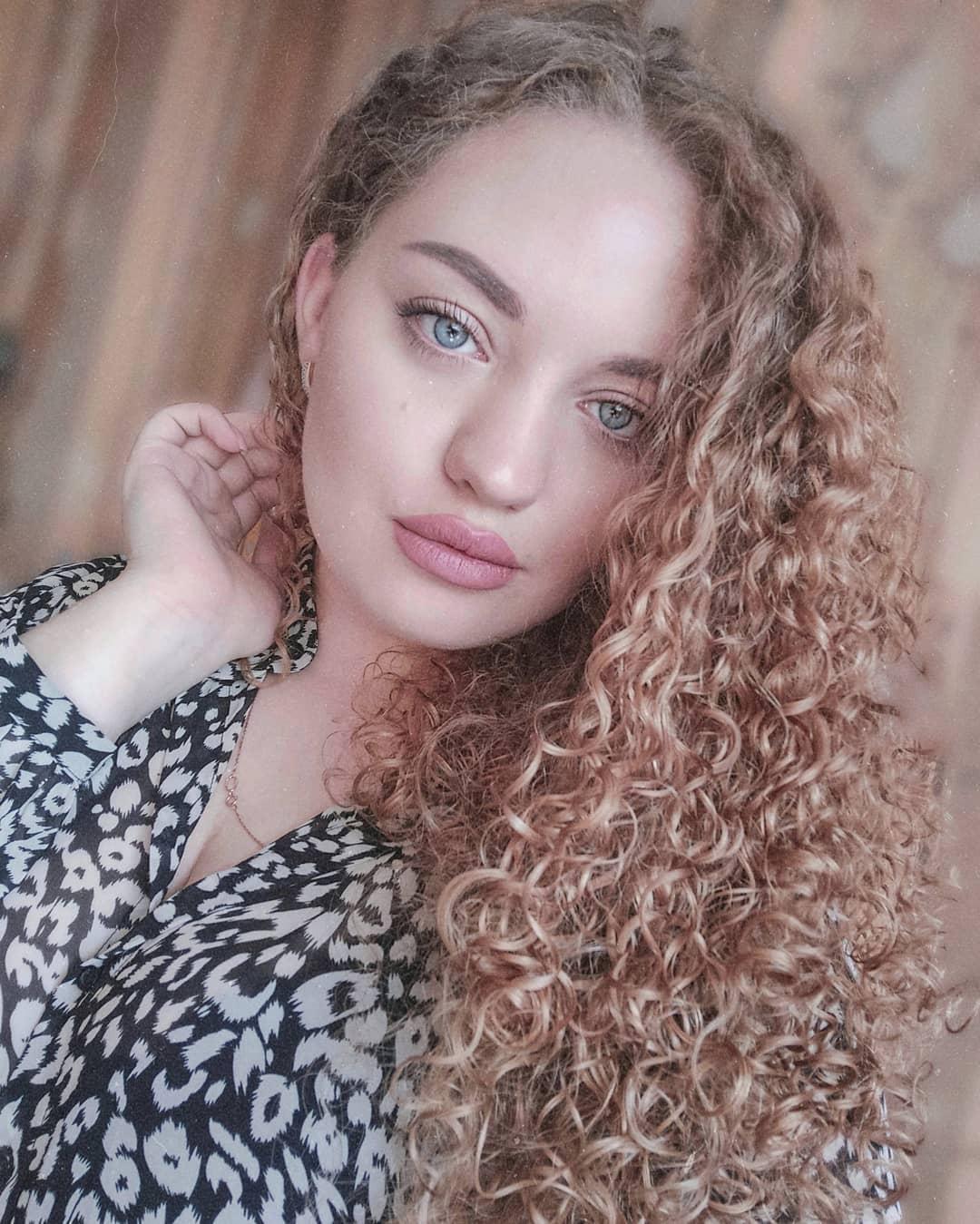 Кудрявые-волосы-2020:-модные-прически-на-кудрявые-волосы