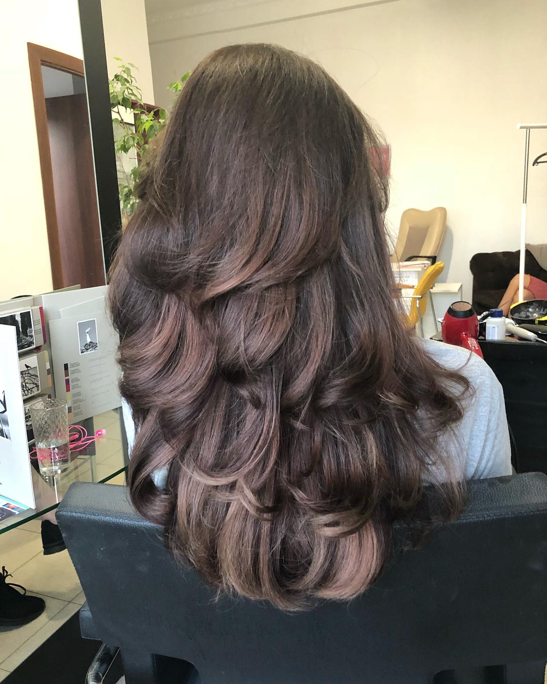Стрижки-на-длинные-волосы-2019-женские-локони-фен