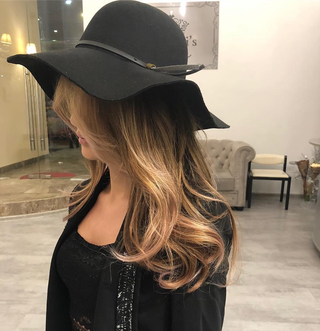 Стрижки-на-длинные-волосы-2019-черная-шляпа-и-блонд