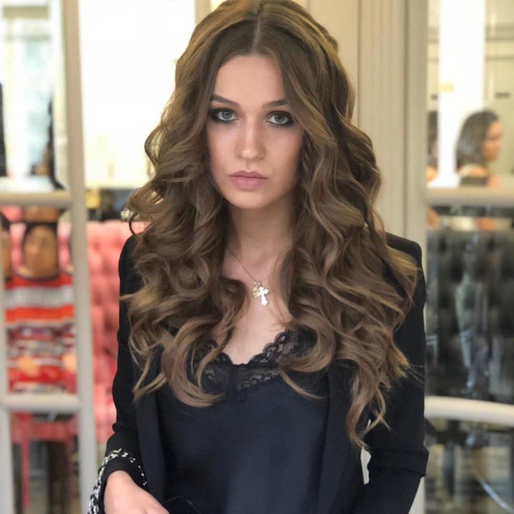 Стрижки-на-длинные-волосы-2019-черная-одежда