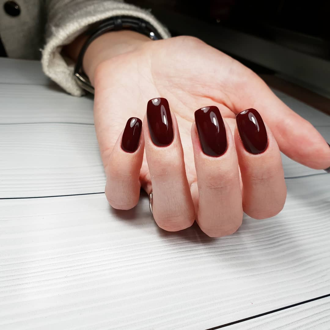 Темные-ногти-2022:-захватывающие-тренды-и-тенденции